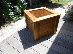 Jardinière réaliser en bois recyclé, 45cm de coté et 40cm de haut, teinté en chène fonçé.