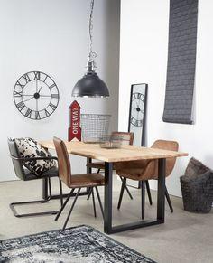 Voor een stoere eethoek combineer je zwart en bruin lederlook stoelen! #stoerwonen #eetkamer #eethoek #wonen #interieur #stoel #wooninspiratie #kwantum