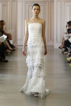 La première collection de robes de mariée printemps-été 2016 de Peter Copping en tant que directeur artistique de la maison Oscar de la Renta http://www.vogue.fr/mariage/tendances/diaporama/peter-copping-signe-sa-premire-collection-de-robes-de-marie-chez-oscar-de-la-renta/20165/carrousel#pla-premire-collection-de-robes-de-marie-printemps-t-2016-de-peter-copping-en-tant-que-directeur-artistique-de-la-maison-oscar-de-la-renta