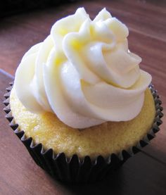Cupcake Romeu e Julieta - Cream Cheese frosting and Guava Jam filling. Recipe in Portuguese.