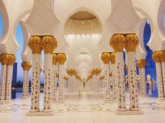 I was going through some pictures and couldn't stop staring at the ones of Sheikh Zayed Grand Mosque Complex. I mean seriously, can it BE any more gorgeous?! (We all know Chandler from Friends right? 😜) #sheikhzayedmosque #instatravel #instapassport #traveling #travelgram #wanderlust #vsco #abudhabi
