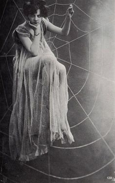 vintage antique image of woman sitting in spider web spiderweb spiders retro spooky scary girl Halloween Vintage Versace, Vintage Dior, Vintage Vogue, Vintage Beauty, Vintage Glamour, Vintage Woman, Vintage Hollywood, Images Vintage, Vintage Pictures