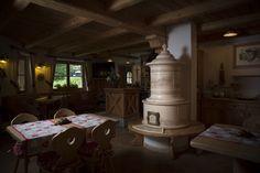 Stufa Classica 90 su panca in legno. Stufa in maiolica a legna (o elettrica) fatta a mano.  #stufecollizzolli #stufe #handmade #madeinitaly  #ceramica #stube #kachelofen #tirolesi #antiche #elettriche #calore #fuoco #camino #stove #kamin #fireplace #argilla #olle #ole #stoves #design #fuoco #chalet #baita #loft #arredo #arredamento #woodstove #calore #trentino #kamin #stufe #ceramic #legna #tirolese #decorata #fattoamano #maiolica #personalizzata #wood #refrattario #accumulo #artigianato…