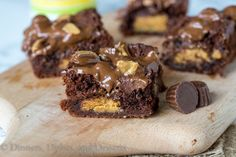 Peanut Butter Stuffed Brownies - rich, fudge brownies that are stuffed with peanut butter cups, topped with melted chocolate and… Peanut Butter Cups, Peanut Butter Cup Brownies, Peanut Butter Filling, Peanut Butter Desserts, Köstliche Desserts, Chocolate Peanut Butter, Delicious Desserts, Dessert Recipes, Melted Chocolate