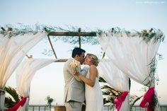 Um lindo casamento na praia com pessoas dos mais diversos lugares do mundo e muita emoção! Confiram essas fotos inspiradoras!
