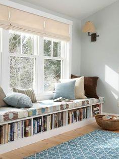 stores vénitiens en tissu blanc dans le salon, sol en parquette clair, tapis bleu ciel