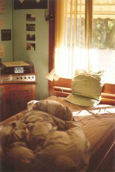 cama, ventana, sol, retro, tocadiscos, edredon, cobijas, sabanas, domingo, melancolia, nostalgia, mañana