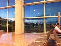 Zona de espera en el sector A, en la terminal T1 de LEBL (Barcelona)