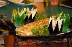 Comidas típicas do Centro-Oeste - Peixes do Pantanal .De carne consistente, o pintado pode ser saboreado grelhado, à urucum (com creme de leite, leite de coco, molho de tomate e mussarela), ensopado com mandioca, no prato conhecido como mojica de pintado. Já o dourado solta as espinhas se for assado lentamente. Do pacu se comem as longas costelas fritas (ventrechas). E a piraputanga é assada na brasa e servida sem espinhas.