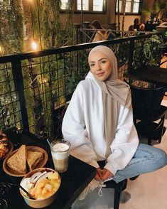 The image may contain: 1 person, sitting – Hijab Fashion Modern Hijab Fashion, Street Hijab Fashion, Muslim Fashion, Modest Fashion, Casual Hijab Outfit, Outfits Casual, Hijab Chic, Girl Hijab, Hijabi Girl