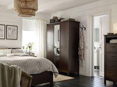 Quarto pequeno com um roupeiro com duas portas em castanho e uma porta espelhada. Aqui em conjunto com uma cama e uma cómoda em castanho