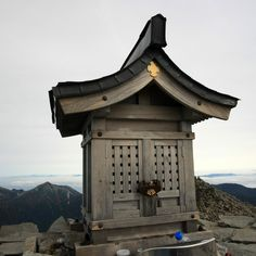 奥穂高岳山頂の穂高神社嶺宮です。-Hotaka Jinja Minemiya (Mt.Hotaka)- 標高3,190mの山頂におかれた社殿です 。たくさんの登山者が奥穂高岳に登頂した際には、この社殿の前で記念撮影をしているかと思います。北アルプスの総鎮守と呼ばれている神社で、里宮は麓の安曇野市にあります。