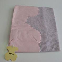 Arrullo de algodón de la colección Risc de Baby Tous. Estampado de rayitas en contraste con el osito tous. Medidas: 78X78 cm. Colección otoño-invierno. Plazo de entrega: 24-48 horas.