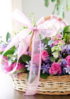 Canasta floral ovalada con tejido natural y asa Medida aproximada: 30 x 40 cm Obsequio ideal para el día de las madres, cumpleaños de algún ser querido, baby sh