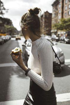 Nieuwsgierigheid/urbanization: student van de stad/toekomst (beeld is belangrijk -- fotografie) bezig met trendwatching.