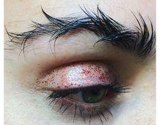 """Erst Federn, dann Stacheldraht: """"Barbed Wire Brows"""" sollen der neue Augenbrauen-Trend sein"""