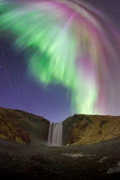 ประเด็นหลักเลยที่อยากไป Iceland ก็คือ Aurora Borealis (ออโรร่า) หรือ Northern Lights (แสงเหนือ) พระเอกของเราในทริปนี้นี่เองครับ อยากจะลองไปเห็นด้วยตา และ ลั่นชัตเตอร์ด้วยมือตัวเองซักครั้ง หลายคนคงสงสัยว่า แล้วทำไมต้องไป Iceland ที่อื่นไม่มีให้ดูหรือไง? ก็คงต้องบอกว่า จริงๆไอ้ปรากฏการณ์ธรรมชาติอันยิ่งใหญ่แบบนี้เนี่ย จริงๆแล้วเกิดขึ้นอยู่หลายประเทศ แต่ Iceland เป็นประเทศที่เรียกว่ามีภูมิประเทศที่เหมาะสมกับการถ่ายรูปมากๆประเทศหนึ่ง ก็เลยเลือกที่จะไป Iceland แทนที่จะไปประเทศอื่นๆครับ
