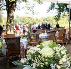 Hochzeit auf der Terrasse am See im Hotel Seeschloss .