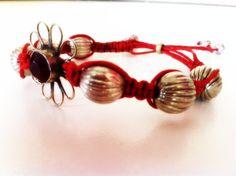Bracciale con nodi macramè decorato con perle in resina e centrale in metallo vintage