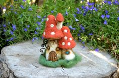 Needle felted mushroom house  by Harthicune por Harthicune en Etsy, $39.00
