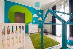 Stanza neonato, stile moderno, con le pareti colore blu turchese - presenti sia lettino classico con le sbarre che lettino Montessori