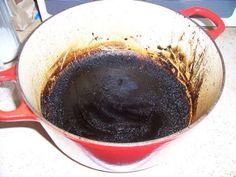 Aangebakken of aangebrande pan Een aangebakken pan kun je weer schoon krijgen door er een nacht water met soda in te laten staan. De volgende dag krijg je hem dan makkelijk schoon. Als een gietijzeren pan erg aangekoekt is, kun je hem goed schoonmaken door er wat soda in water in te koken.