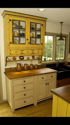 Rustic Cabinets For Your Antique Kitchen – Antique Kitchens Colonial Kitchen, Farmhouse Style Kitchen, Kitchen Redo, Rustic Kitchen, Country Kitchen, New Kitchen, Vintage Kitchen, Kitchen Remodel, French Farmhouse