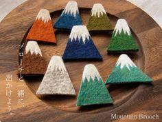 マウンテンブローチ -by ヒツジフエルト縮絨室[Mountain Brooch by Felt Fulling Lab]