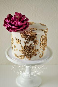 Gold cake with peony flowers Pretty Cakes, Cute Cakes, Beautiful Cakes, Amazing Cakes, Unique Cakes, Elegant Cakes, Creative Cakes, Cake Decorating Techniques, Cake Decorating Tutorials
