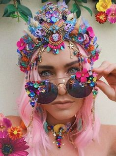 Pink Playa People - Nikki Shik 🌹 You are in the right place - Festival Looks, Festival Wear, Festival Outfits, Festival Fashion, Elegant Woman, Karneval Diy, Glasses For Your Face Shape, Diy Jewelry Unique, Mermaid Crown