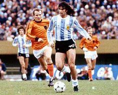 Mario Kempes, played in 3 Fifa World Cups (1974 - 1978 - 1982) with Argentina. (Instituto de Córdoba, Rosario Central, Valencia, River Plate, Hércules, First Vienna FC, VSE Sankt Pölten, Kremser SC, Fernandez Vial, Pelita Jaya, Argentina). Photo final WC 1978.