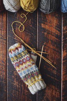 Knitted Mittens Pattern, Fair Isle Knitting Patterns, Knit Mittens, Knitting Charts, Loom Knitting, Knitting Designs, Knitting Projects, Knitting Accessories, Knit Fashion