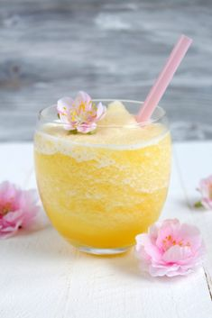 Maracuja Slush mit Likör 43 (Food with Love – Thermomix Rezepte mit Herz) Passion fruit slush with liqueur 43 Healthy Starbucks Drinks, Secret Starbucks Drinks, Mojito, Fruit Slush, Vodka Slush, Pink Drinks, Liqueur, Summer Cocktails, Frozen Cocktails
