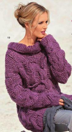 Связанный спицами пуловер из объёмной пряжи