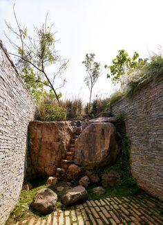 courtyard garden making the most natural rock   adamchristopherdesign.co.uk