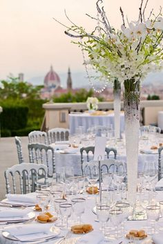 Une vasse avec des fleurs blanc pour une décoration de table