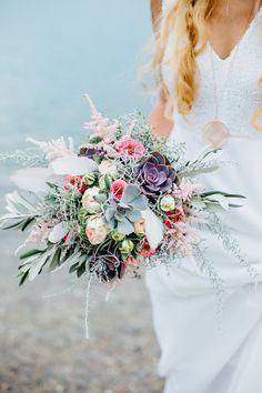 Brautstrauss im Boho Stil mit bunten Wildblumen - Maritime Boho Inspirationen am See | Hochzeitsblog The Little Wedding Corner