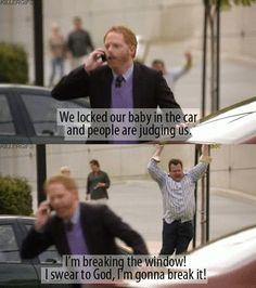Nós deixamos nosso bebê no carro e as pessoas estão nos julgando ... Estou quebrando a janela!! Eu juro por Deus, eu vou quebrá-la