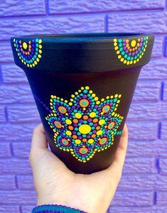 Flowerpot with pointillism - Garden Ideas Clay Flower Pots, Flower Pot Crafts, Clay Pots, Painted Plant Pots, Painted Flower Pots, Clay Pot Projects, Clay Pot Crafts, Dot Art Painting, Pottery Painting
