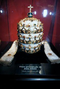 Tiara de Pío XII. A pesar de que pone que es la tiara de Juan XXIII, se trata de una tiara regalada al Papa Pacelli, tal y como constata su escudo en las ínfulas.