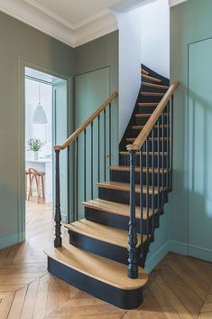 Les décoratrices Fanny & Alexandra - New Deko Sites Painted Staircases, Painted Stairs, Home Renovation, Home Remodeling, Black Stairs, Stair Railing Design, Staircase Makeover, House Stairs, Home Deco