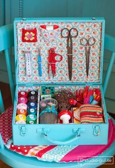 Para você que não tem um quarto só para você, olha que linda e decorativa essa caixa de costura!
