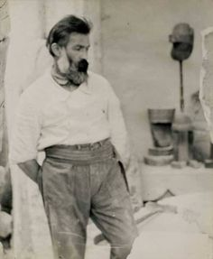 Incorporated the pedestal into the sculpture - Constantin Brancusi, Self Portrait in the atelier, ca 1922 Marcel Duchamp, Famous Artists, Great Artists, Artist Art, Artist At Work, Constantin Brancusi, Modern Sculpture, Man Ray, Modigliani