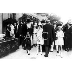 /09/1921 SAN SEBASTIAN. EN EL CASINO SUS MAJESTADES LAS REINAS DOÑA VICTORIA (1) Y DOÑA CRISTINA (2), RODEADAS POR S.A.R. EL PRÍNCIPE DE ASTURIAS (3) Y LAS INFANTAS DOÑA BEATRIZ (4) Y DOÑA MARÍA CRISTINA (5), AL ENTRAR EN LA TÓMBOLA QUE, A BENEFICIO DE LOS HERIDOS DE AFRICA, ORGANIZO EL CASINO.: Descarga y compra fotografías históricas en | abcfoto.abc.es