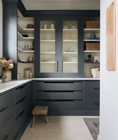 Green Kitchen, Kitchen Dining, Kitchen Decor, Kitchen Ideas, Kitchen Trends, Beautiful Kitchens, Cool Kitchens, Dark Cabinets, Kitchen Cabinets