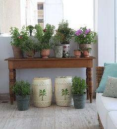 Esta horta foi toda montada em vasos. Ela fica na varanda de uma apartamento e tem como apoio um aparador de madeira