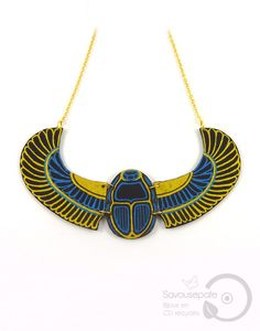 """Collier plastron """"Khépri"""" en CD recyclé   Scarabée ailé sacré égyptien noir, bleu métallisé et doré   Bijoux par Savousepate"""