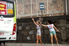 """Com o intuito de mostrar que a cidade do Rio de Janeiro ainda tem muitos problemas a serem resolvidos, a fotógrafa Maria Mazzillo convidou duas amigas, a bailarina Dyonne Boy e a designer Melissa Ferraz, para posarem para a campanha """"Quase Maravilhosa"""". Com uma pitada de bom humor, a Campanha traz imagens que são, na...<br /><a class=""""more-link"""" href=""""https://catracalivre.com.br/geral/agenda/indicacao/com-humor-campanha-mostra-problemas-do-rio/"""">Continue lendo »</a>"""