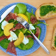 Persikka-prosciutto -salaatti