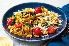 Těstoviny jsou velmi oblíbené pro svou snadnou přípravu a tyto tagliatelle nejsou výjimkou. S rajčaty, špenátem a bílými fazolemi se stanou sytou večeří pro celou rodinu. #testoviny #tagliatelle #cokveceri #obed #snadnoachutne #spenat #fazole #rajcata Spaghetti, Ethnic Recipes, Noodle
